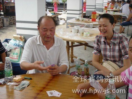 成都市鸽协顾问姜丁(左)