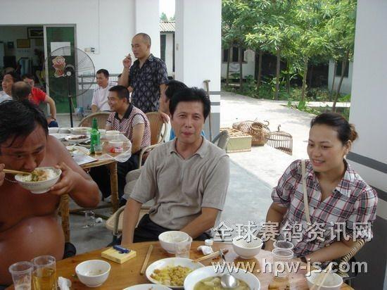 四川省新闻出版局副局长、四川省鸽协副主席、成都市鸽协顾问尹楚鸿(左)