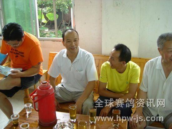 邛崃市鸽协主席赵明政(左二)