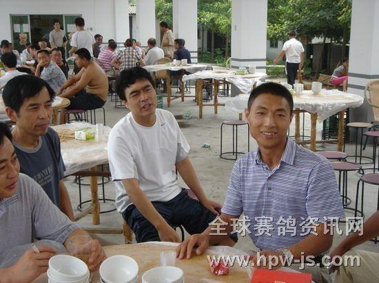 三鑫公棚赛鸽中心懂事长张成松(右)