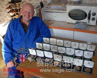 威廉姆森与他获得的部分英国皇家赛鸽奖牌