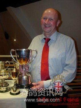 罗恩.威廉姆森手握奖杯-于北爱尔兰国王杯颁奖典礼