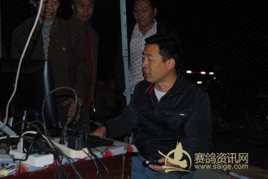5、鸽会刘文正在校对电子扫描-吉安市鸽会2012秋第一关赛九江站集鸽